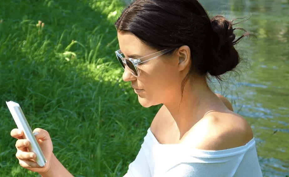 メール内容を確認する女性